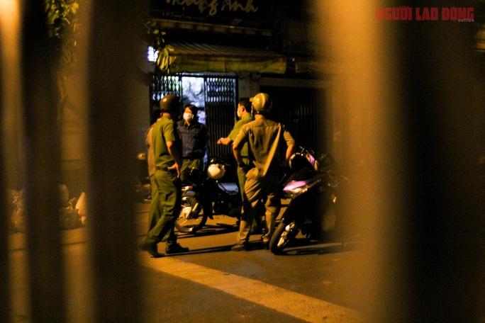 Cận cảnh nội bất xuất, ngoại bất nhập ở 6 địa điểm tại Hóc Môn đêm 25-6 - Ảnh 3.