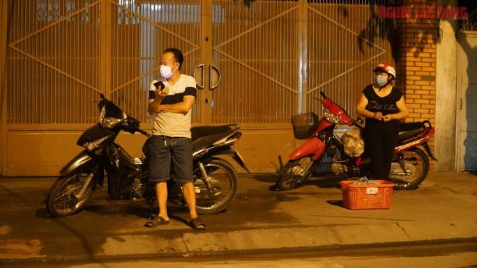Cận cảnh nội bất xuất, ngoại bất nhập ở 6 địa điểm tại Hóc Môn đêm 25-6 - Ảnh 7.