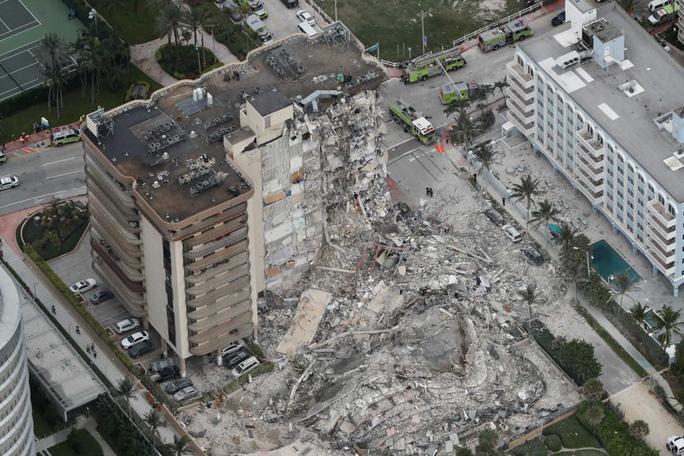 Vụ sập tòa nhà 12 tầng ở Mỹ: Còn 99 người mất tích - Ảnh 1.
