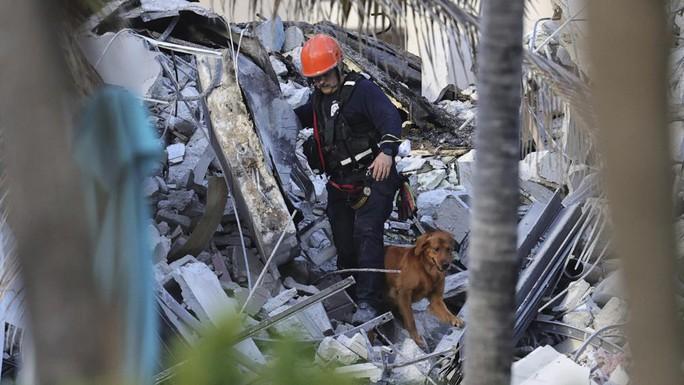 Vụ sập tòa nhà 12 tầng ở Mỹ: Còn 99 người mất tích - Ảnh 2.