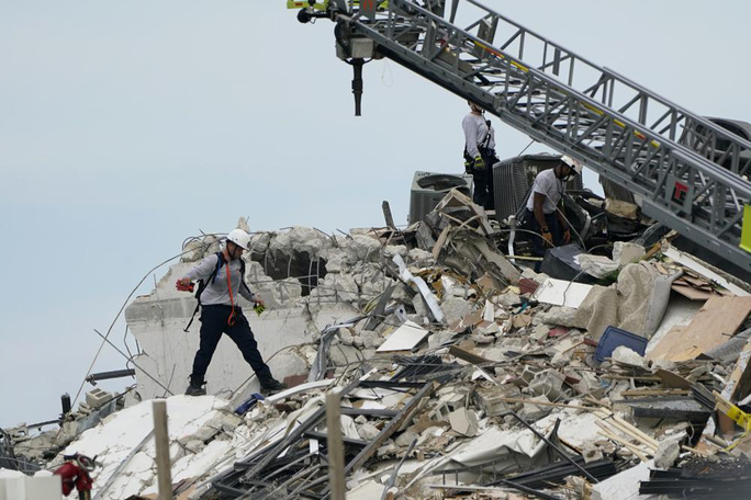 Vụ sập tòa nhà 12 tầng ở Mỹ: Còn 99 người mất tích - Ảnh 3.