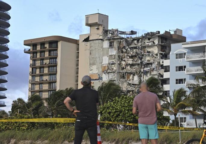 Vụ sập tòa nhà 12 tầng ở Mỹ: Còn 99 người mất tích - Ảnh 5.