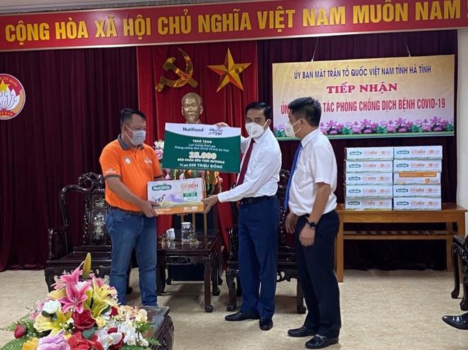 Quỹ Phát triển Tài năng Việt tiếp năng lượng cho lực lượng chống dịch Hà Tĩnh - Ảnh 1.