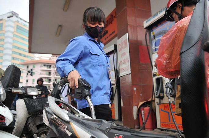 Giá xăng tăng mạnh, tiến sát mốc 21.000 đồng/lít - Ảnh 1.