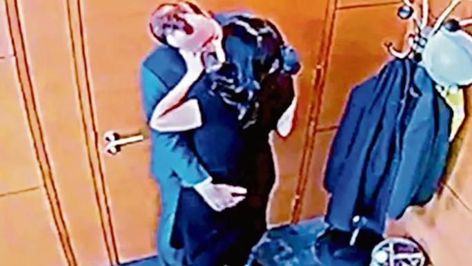 Bộ trưởng Y tế Anh trả giá đắt cho một nụ hôn - Ảnh 2.