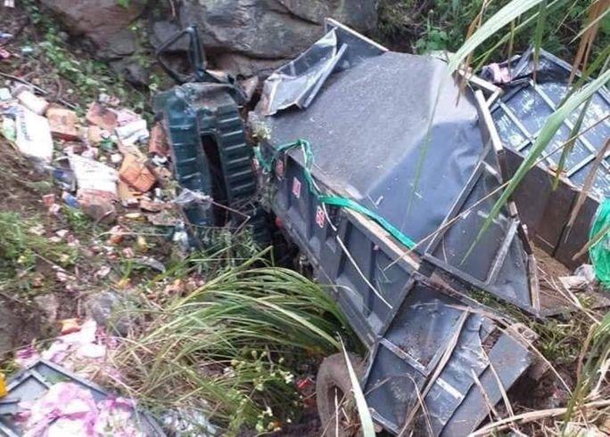 Xe tải lao xuống vực sâu 50 m ở Sơn La, 2 người tử vong - Ảnh 2.