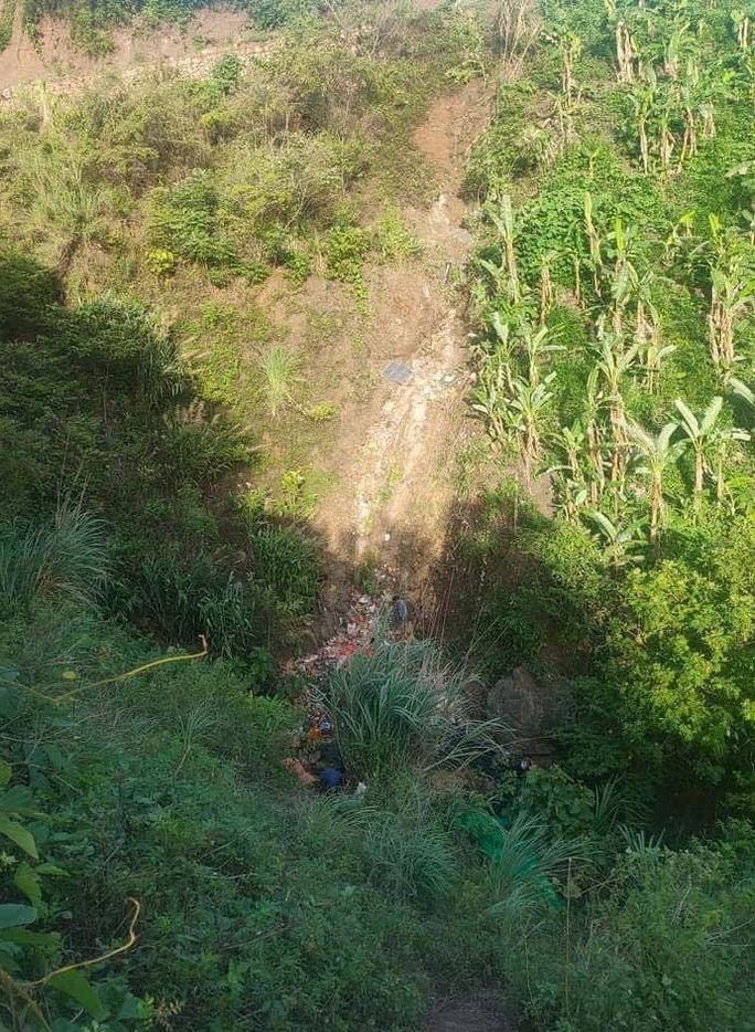Xe tải lao xuống vực sâu 50 m ở Sơn La, 2 người tử vong - Ảnh 1.