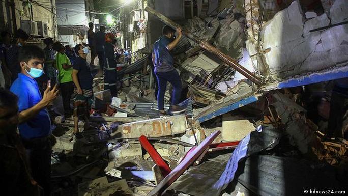 Tiếng nổ lớn xé toạc nhà 3 tầng ở Bangladesh, gần 60 người thương vong - Ảnh 1.