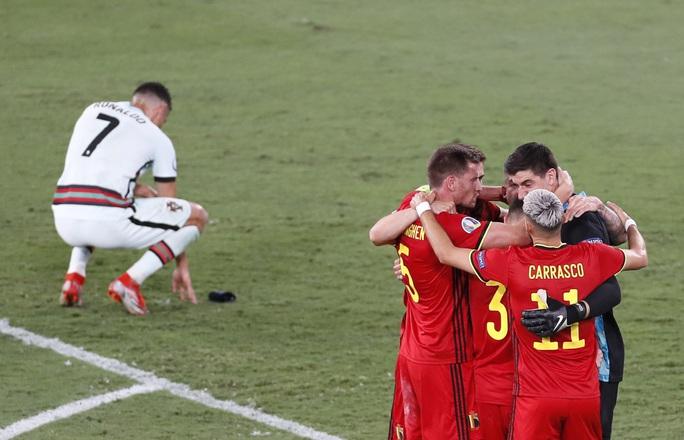 Siêu phẩm Hazard biến Bồ Đào Nha thành cựu vô địch, Bỉ vào tứ kết - Ảnh 2.