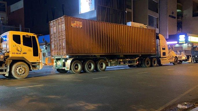 Xe tải nặng lại tung hoành vào giờ cấm ở khu trung tâm TP HCM - Ảnh 1.