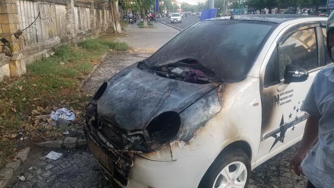 Ôtô đậu bên đường bốc cháy dữ dội - Ảnh 1.