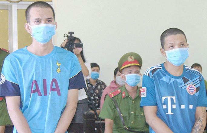 Phạt tù 2 kẻ say rượu chém cán bộ tại chốt kiểm soát dịch Covid-19 - Ảnh 1.