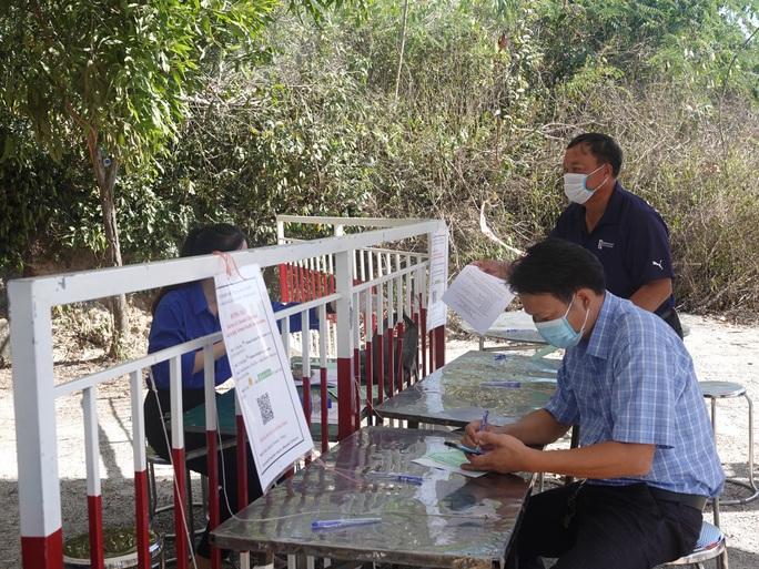 Bình Định thông báo khẩn tìm người liên quan các ca dương tính SARS-CoV-2 - Ảnh 1.