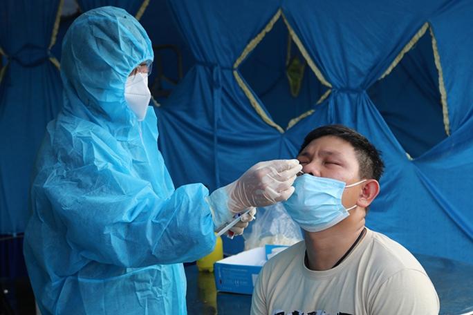 Bình Định test nhanh hàng ngàn người liên quan 2 ca đầu tiên dương tính SARS-CoV-2 - Ảnh 2.