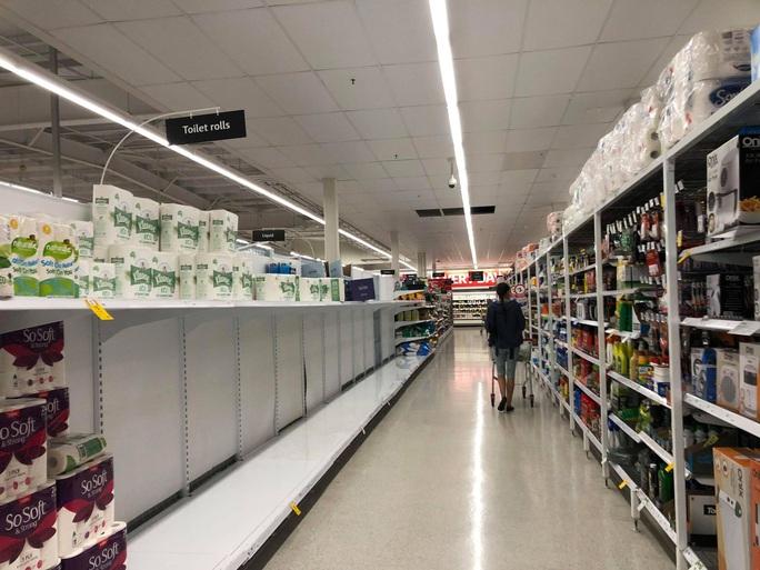 Dân Úc vét siêu thị khi nghe lệnh phong tỏa - Ảnh 1.