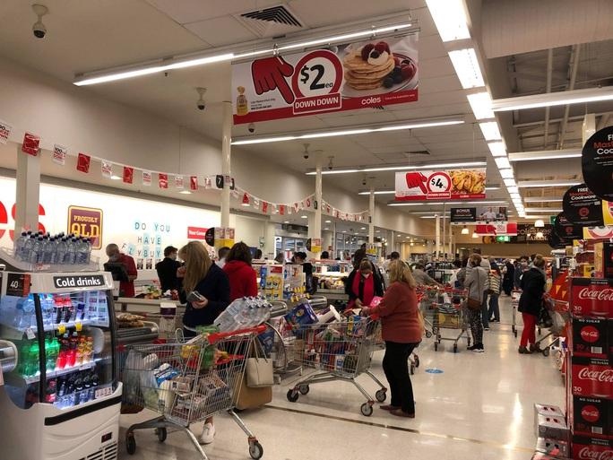 Dân Úc vét siêu thị khi nghe lệnh phong tỏa - Ảnh 2.