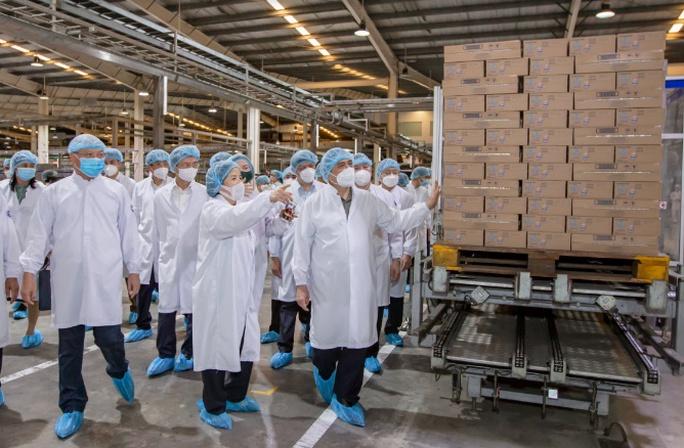 """Thủ tướng đánh giá cao mô hình """"vừa sản xuất, vừa chiến đấu"""" khi thăm siêu nhà máy sữa của Vinamilk - Ảnh 7."""