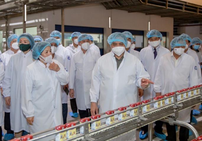 """Thủ tướng đánh giá cao mô hình """"vừa sản xuất, vừa chiến đấu"""" khi thăm siêu nhà máy sữa của Vinamilk - Ảnh 2."""