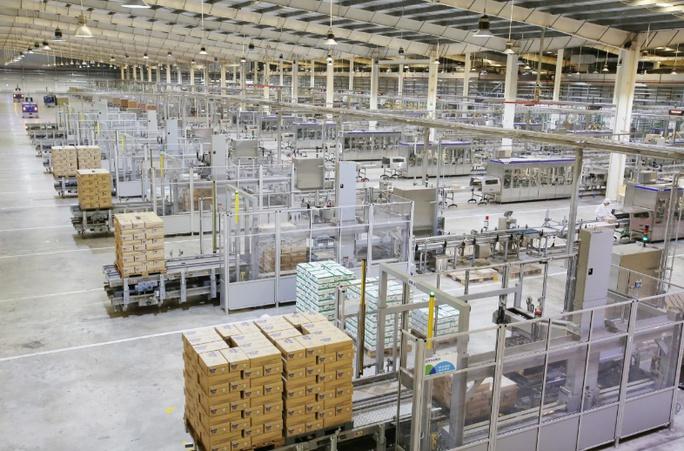 """Thủ tướng đánh giá cao mô hình """"vừa sản xuất, vừa chiến đấu"""" khi thăm siêu nhà máy sữa của Vinamilk - Ảnh 4."""