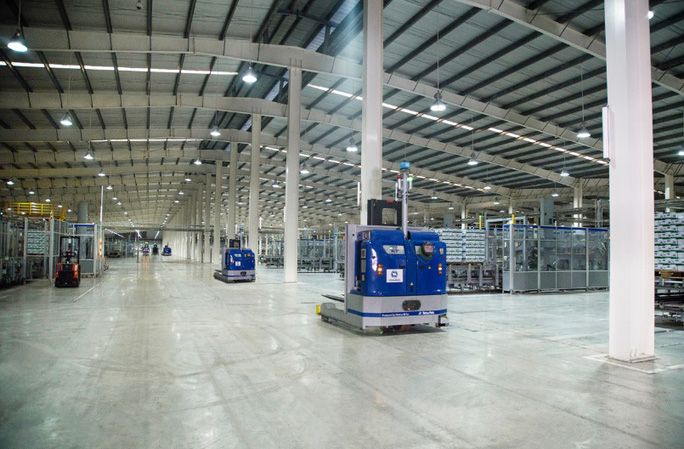 """Thủ tướng đánh giá cao mô hình """"vừa sản xuất, vừa chiến đấu"""" khi thăm siêu nhà máy sữa của Vinamilk - Ảnh 5."""