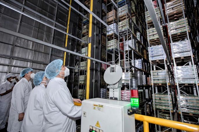 """Thủ tướng đánh giá cao mô hình """"vừa sản xuất, vừa chiến đấu"""" khi thăm siêu nhà máy sữa của Vinamilk - Ảnh 6."""