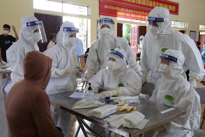 Tâm dịch Bắc Giang thêm 157 ca dương tính SARS-CoV-2, di chuyển 4.000 người ra khỏi thôn Núi Hiểu - Ảnh 1.