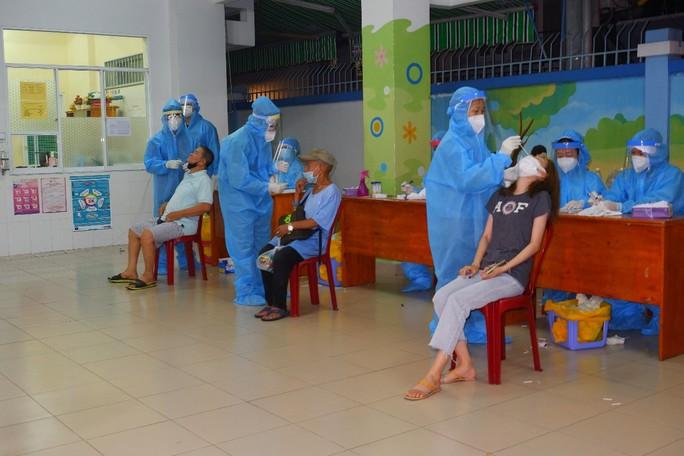 TP HCM: Vào chợ xét nghiệm tiểu thương vì có nhà 3 người nghi mắc Covid-19 ở Tân Bình - Ảnh 1.