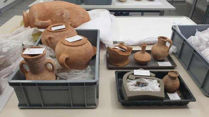 Đào ống nước, lọt vào hầm mộ 2.000 năm đầy cổ vật quý - Ảnh 2.