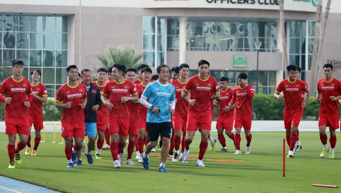 CLIP: Văn Hậu bầm tím mắt sau khi trở lại tập luyện cùng đội tuyển Việt Nam - Ảnh 2.