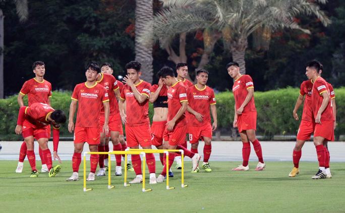 CLIP: Văn Hậu bầm tím mắt sau khi trở lại tập luyện cùng đội tuyển Việt Nam - Ảnh 4.