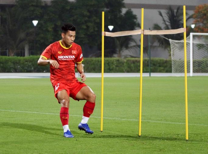 CLIP: Văn Hậu bầm tím mắt sau khi trở lại tập luyện cùng đội tuyển Việt Nam - Ảnh 8.