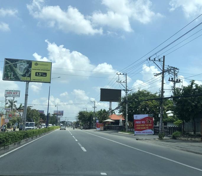 Hình ảnh ngày đầu tiên áp dụng Chỉ thị 15 ở TP Thủ Dầu Một, Dĩ An, Thuận An - Ảnh 1.