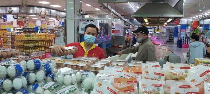 Giá trứng gà, vịt ngoài chợ tăng vọt, chênh lệch khoảng 10.000 đồng/vỉ so với siêu thị - Ảnh 1.