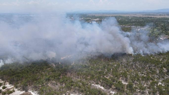 Quảng Nam: Hơn 100 người chữa cháy rừng giữa cái nắng 40 độ - Ảnh 4.