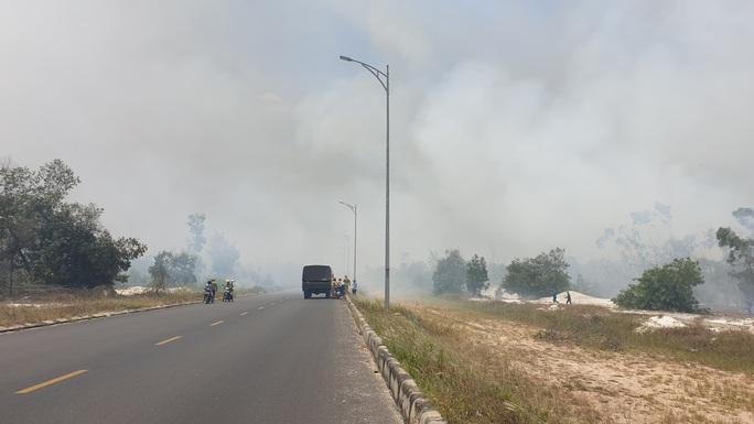 Quảng Nam: Hơn 100 người chữa cháy rừng giữa cái nắng 40 độ - Ảnh 2.