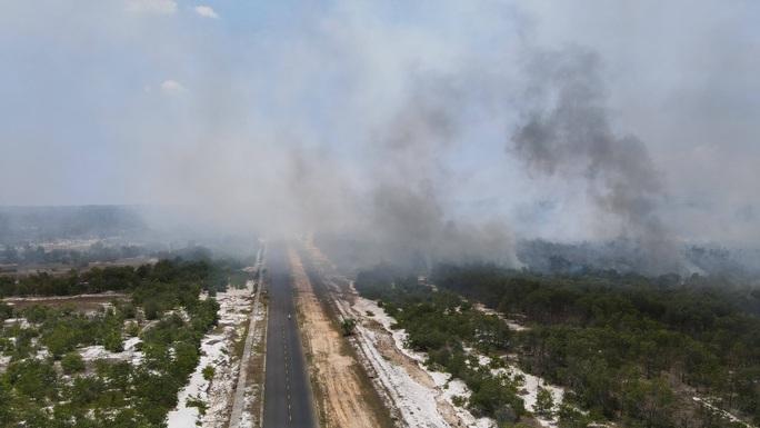 Quảng Nam: Hơn 100 người chữa cháy rừng giữa cái nắng 40 độ - Ảnh 3.