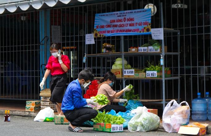 Đi chợ 0 đồng trong khu cách ly ở TP HCM - Ảnh 2.
