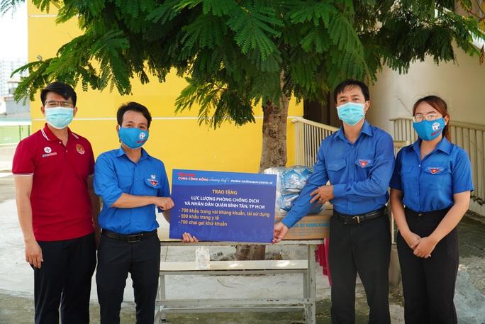 Báo Người Lao Động tiếp sức lực lượng chống dịch Covid-19 quận Bình Tân - Ảnh 1.