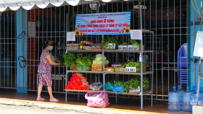 Đi chợ 0 đồng trong khu cách ly ở TP HCM - Ảnh 4.