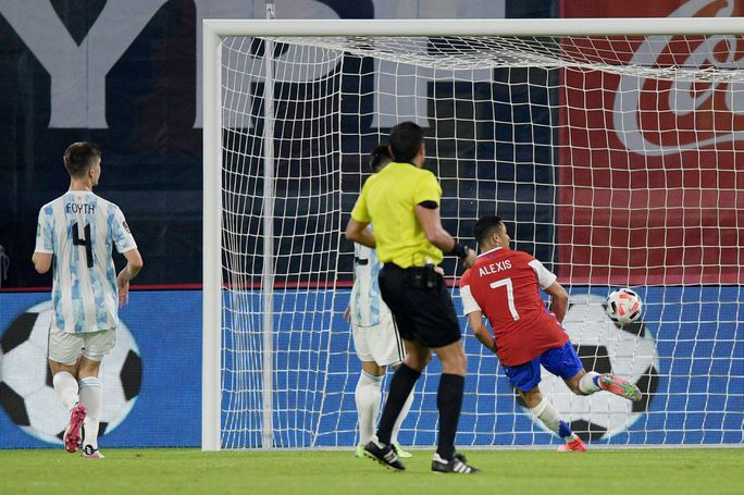 Vòng loại World Cup 2022 khu vực Nam Mỹ: Argentina không thể soán ngôi Brazil - Ảnh 3.