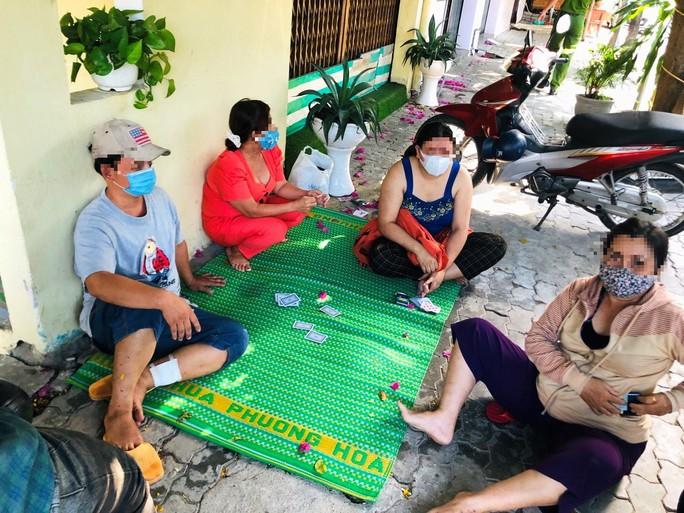 Mức phạt bất ngờ cho nhóm người ngồi đánh bài trên vỉa hè - Ảnh 1.