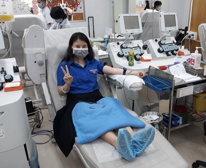 TP HCM khan hiếm máu, nhóm y bác sĩ tức tốc hiến máu - Ảnh 2.