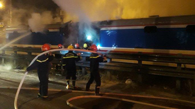 Tàu lửa tuyến Bắc – Nam bất ngờ bốc cháy khi qua địa phận Đà Nẵng - Ảnh 1.