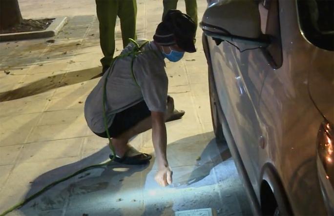 Bị nhắc nhở vi phạm chống dịch, lẻn vào trụ sở công an đốt 2 xe ôtô trả thù - Ảnh 1.
