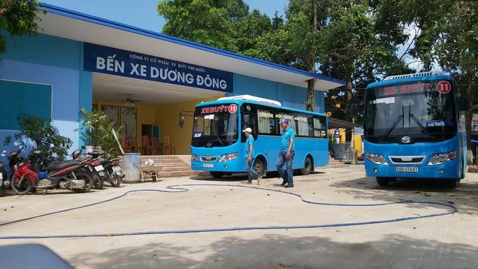 Cưỡng chế bến xe buýt chiếm đất công ở Phú Quốc - Ảnh 1.