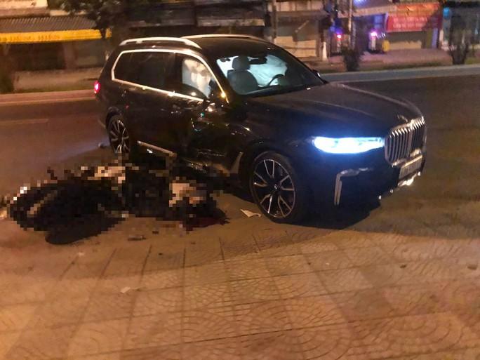 Ô tô BMW X7 đi lùi tông tử vong một thanh niên chạy xe máy - Ảnh 1.