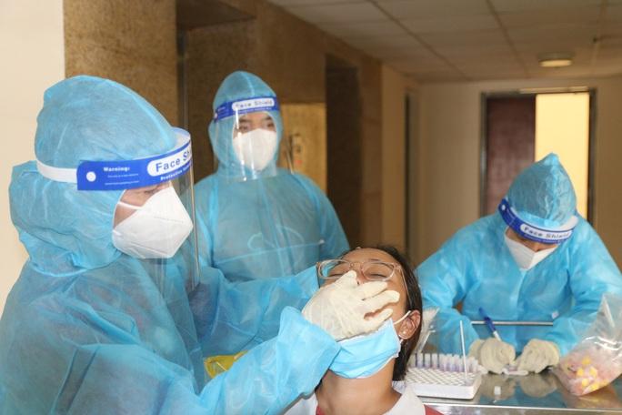 Chiều nay, TP HCM ghi nhận thêm 11 người nghi nhiễm SARS-CoV-2 - Ảnh 1.