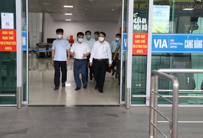 Kết quả xét nghiệm 77 người đi cùng chuyến bay với cặp vợ chồng mắc Covid-19 - Ảnh 1.