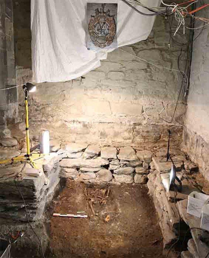 Sửa nhà thờ cổ, phát hiện dưới nền hàng loạt hài cốt, nhà cửa, châu báu - Ảnh 2.