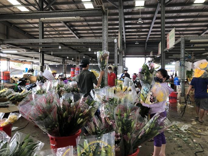 Chợ hoa Đầm Sen mong được sớm mở cửa trở lại - Ảnh 1.